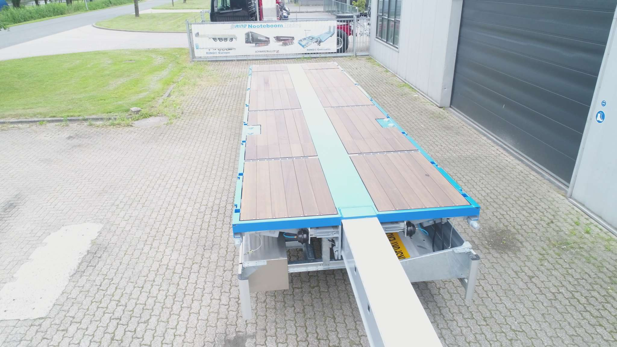FOR RENT: 3 AXLE FLATBED TRAILER // 3 AXLES HYDRAULIC STEERING // EXTENDABLE TILL 28,8 M // PAYLOAD 35 T // KINPIN HEIGHT 1160 MM
