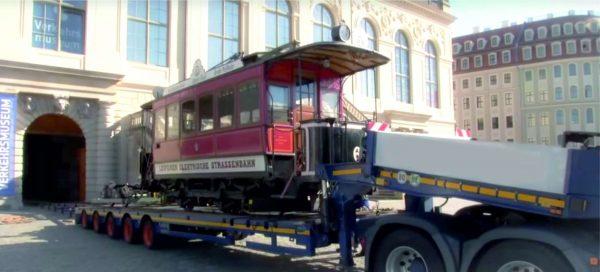 Semi-remorque surbaissée à 5 essieux // adaptée au transport en train et en tramway 2 distances de voie différentes // conduite hydraulique à longue rampe // tous les essieux dirigés // télescopique jusqu'à 23 m // charge utile de 56 tonnes