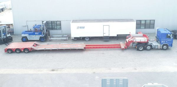 Lowloader // 3 axle hydraulic steering // with spine floor and extendable, removable gooseneck // max load capacity 40 tons
