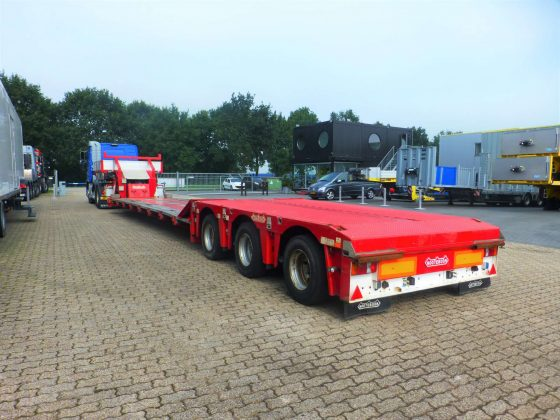 Lowloader // 3 axle hydraulic steering // with spine floor and extendable, removable gooseneck // max load capacity 40 tons // very low mileage