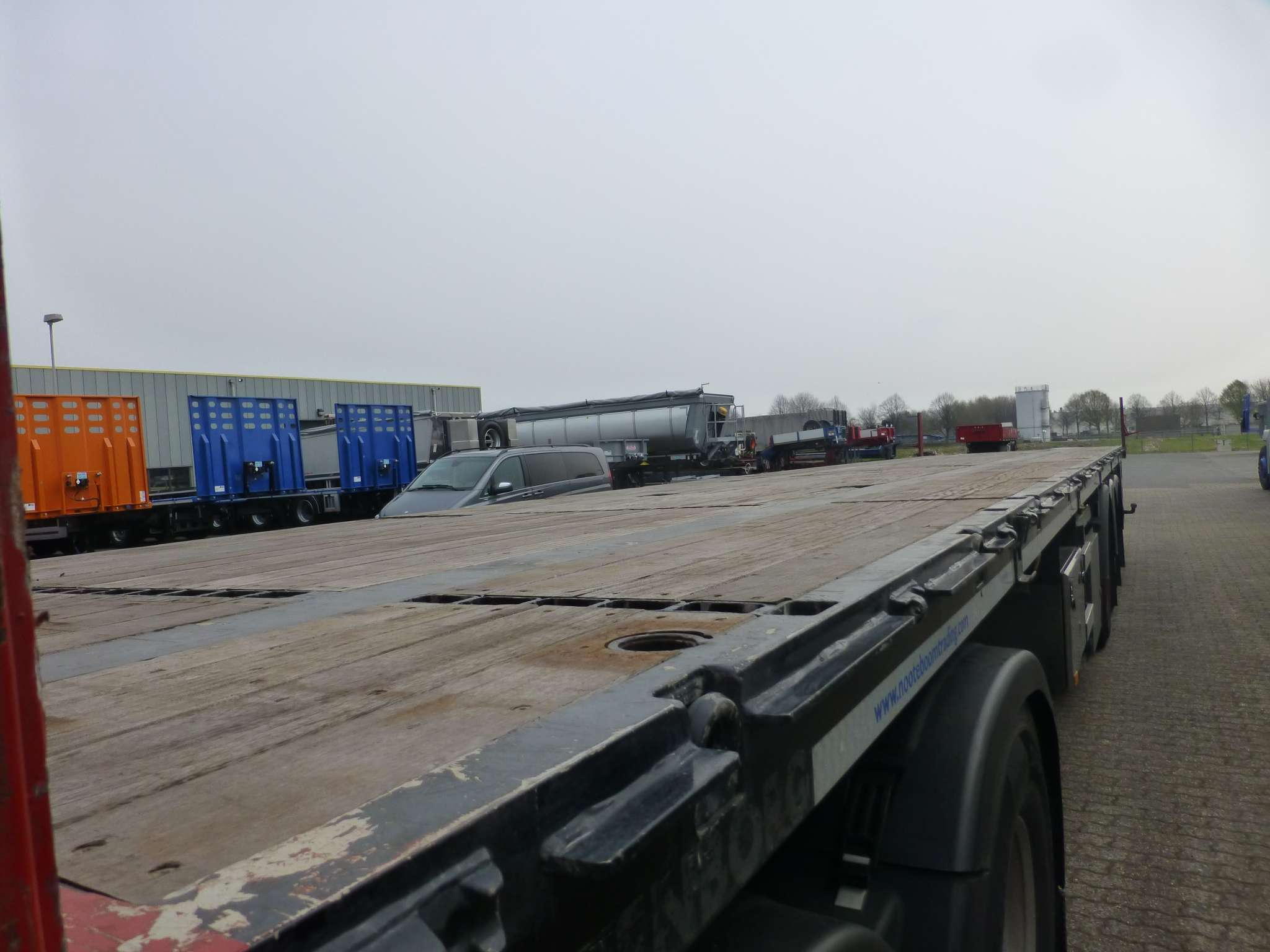 HEAVY DUTY 3 AXLE FLATBED FOR CONCENMTRATED LOAD // WITH TWISTLOCK // PAYLOAD 36 TON