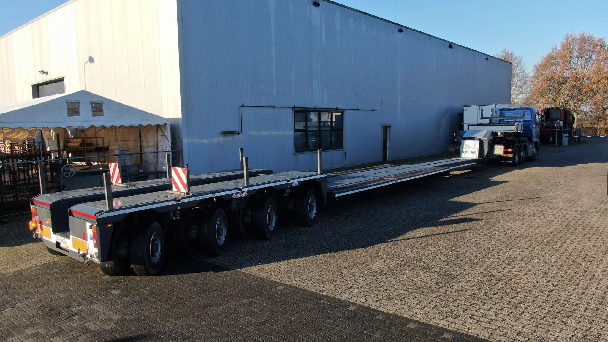 4 Pendel axle lowbed with spine bed, extendable till 12,7 meter, payload 75 ton, suitable for 1 or 2 axle jeepdolly.