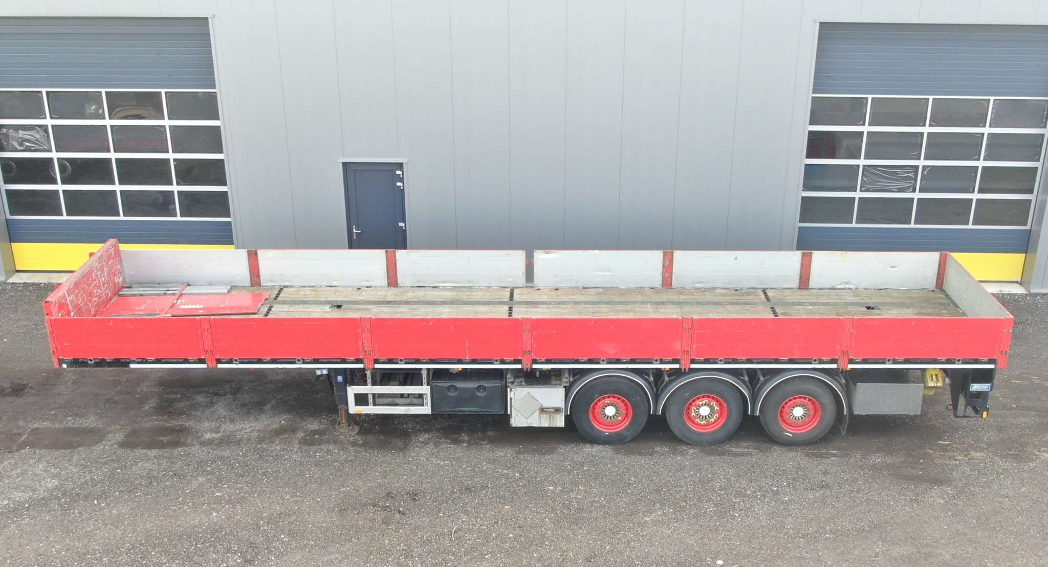 3 Axle flatbed | with twistlock and aluminium side boards | payload 35 ton